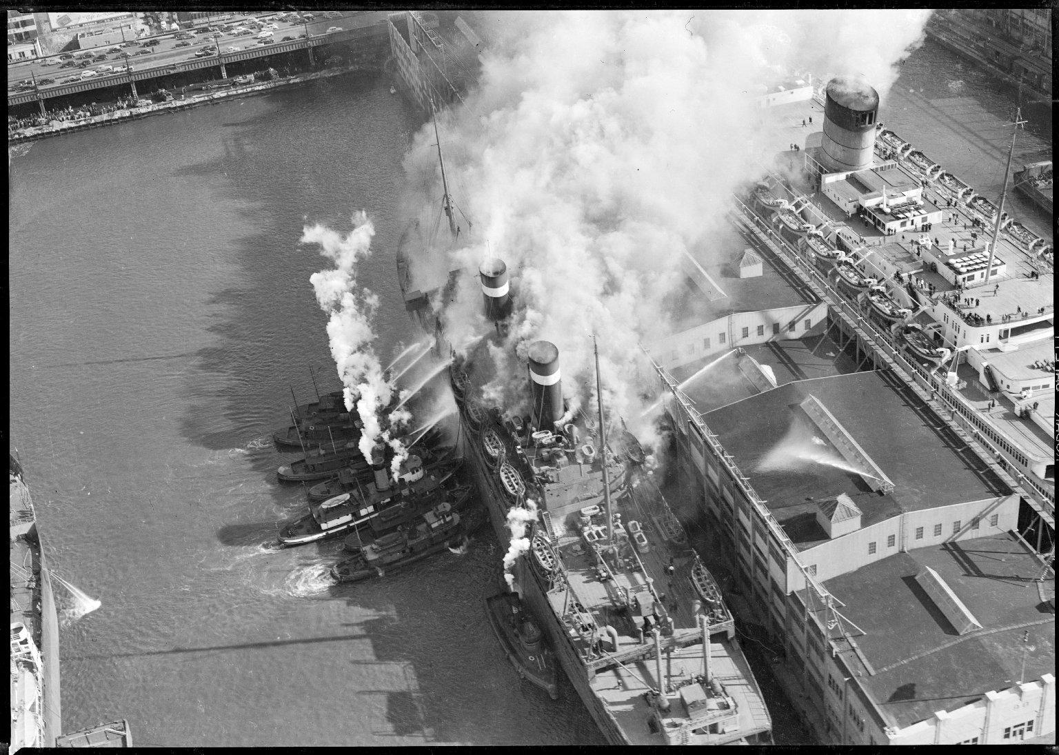 Тушение пожара на судне с помощью пожарных катеров. Нью-Йорк, США. 1950-е