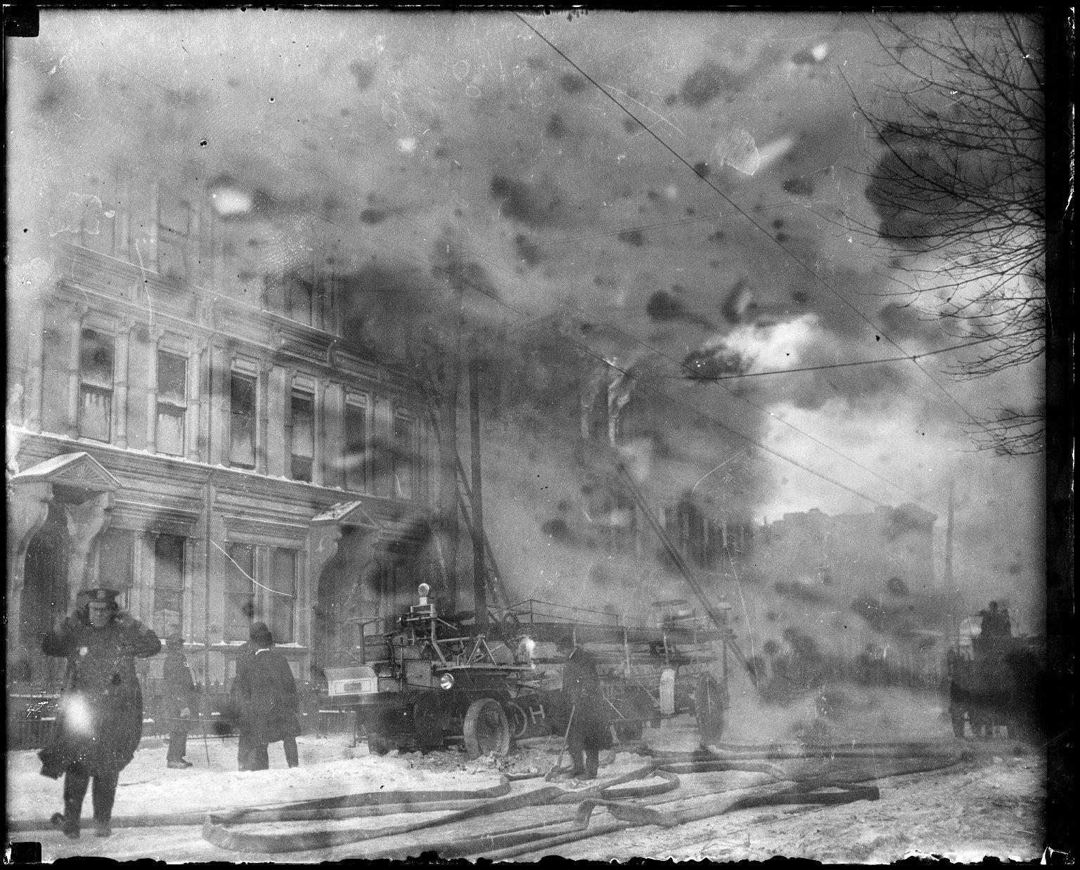 Использование водяной башни и автолестниц на пожаре. Нью-Йорк, США. Начало 20 века
