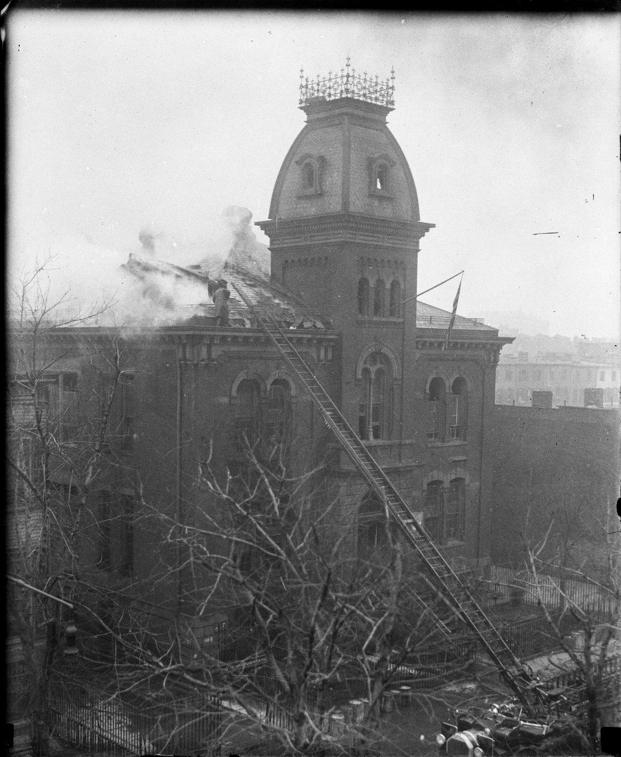 Пожар в муниципальном здании. Пожарная автолестница в работе. Нью-Йорк, США. Начало 20 века.