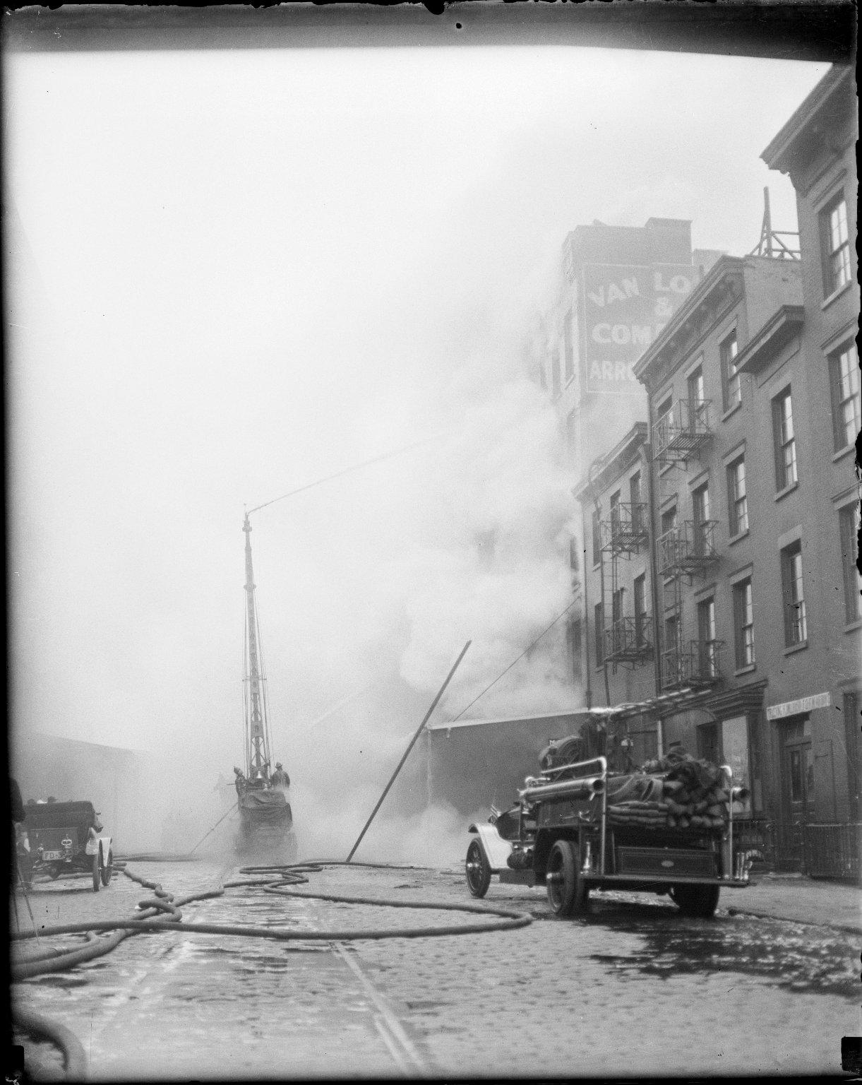 Тушение пожара с использованием водяной башни. Нью-Йорк, США. Начало 20 века