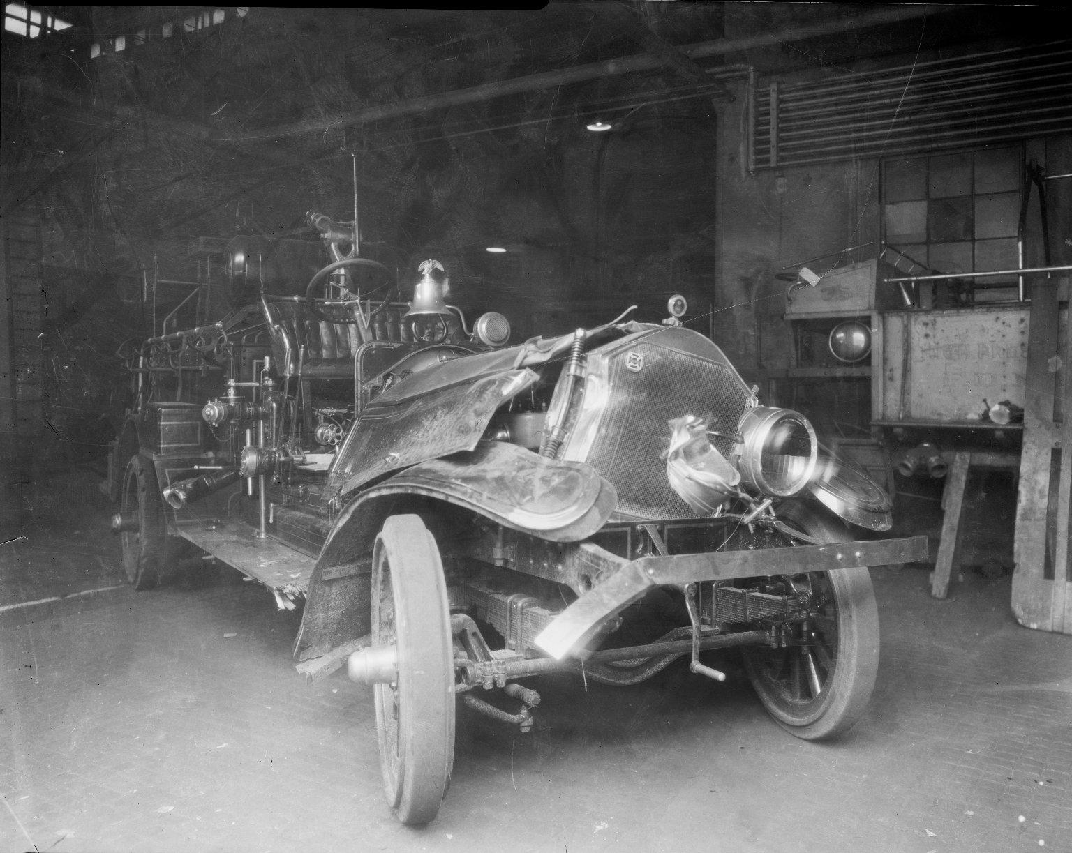 Пожарный автонасос, поврежденный во время пожара на Кони-Айленд, Нью-Йорк, США. 1932 год