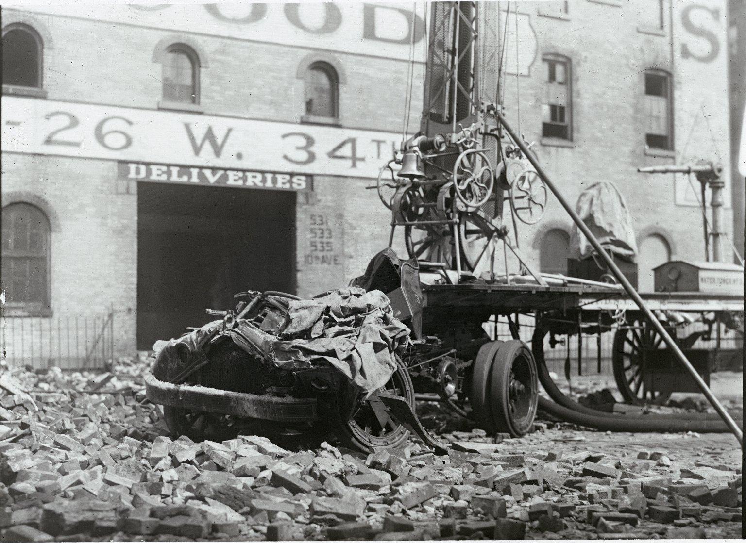 Уничтоженная пожаром водяная башня, перевозимая трактором Garfield. Нью-Йорк, США. 1918 год