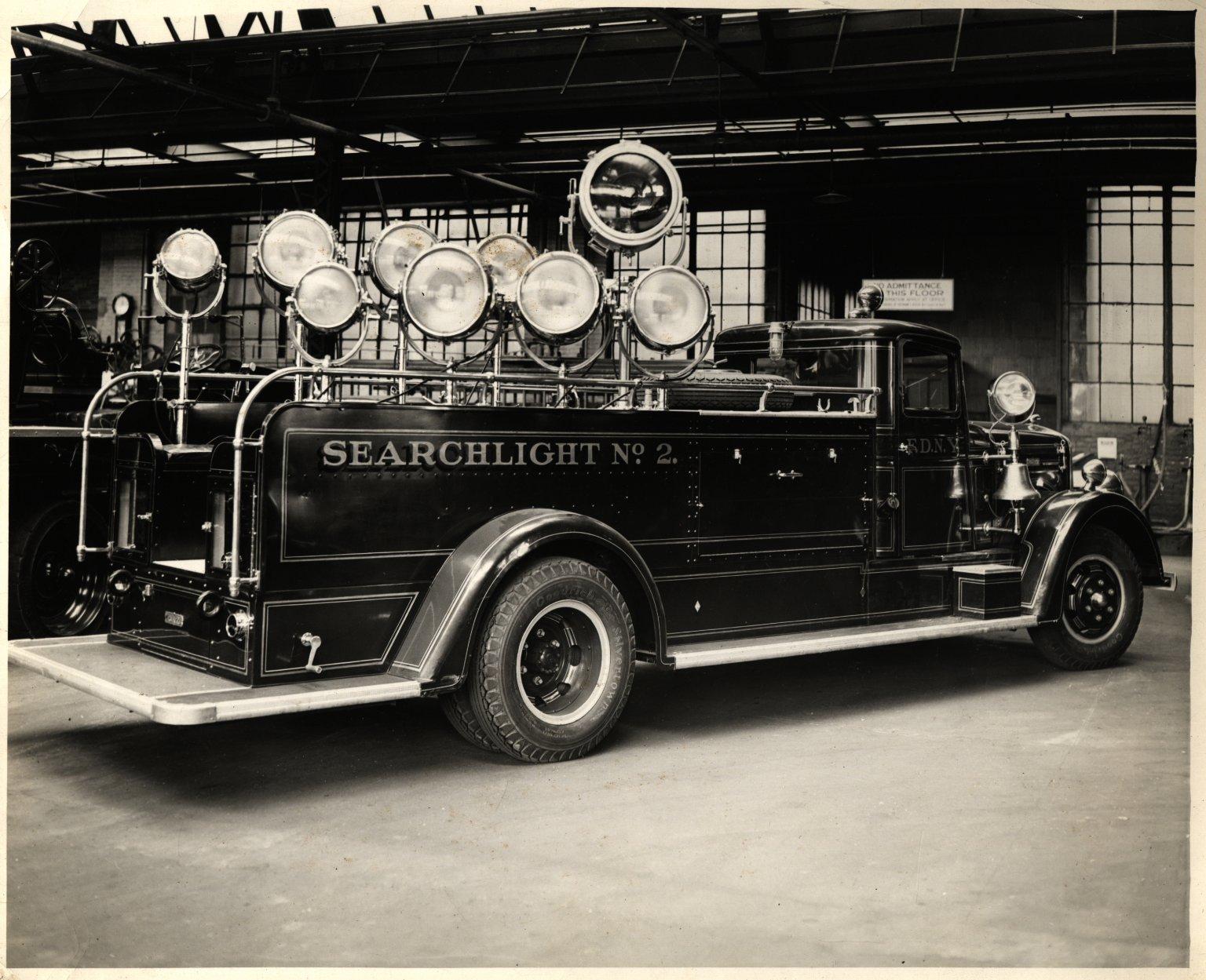 Автомобиль освещения с 9 прожекторами в гараже пожарного коллежда. Нью-Йорк, США. 1930-е