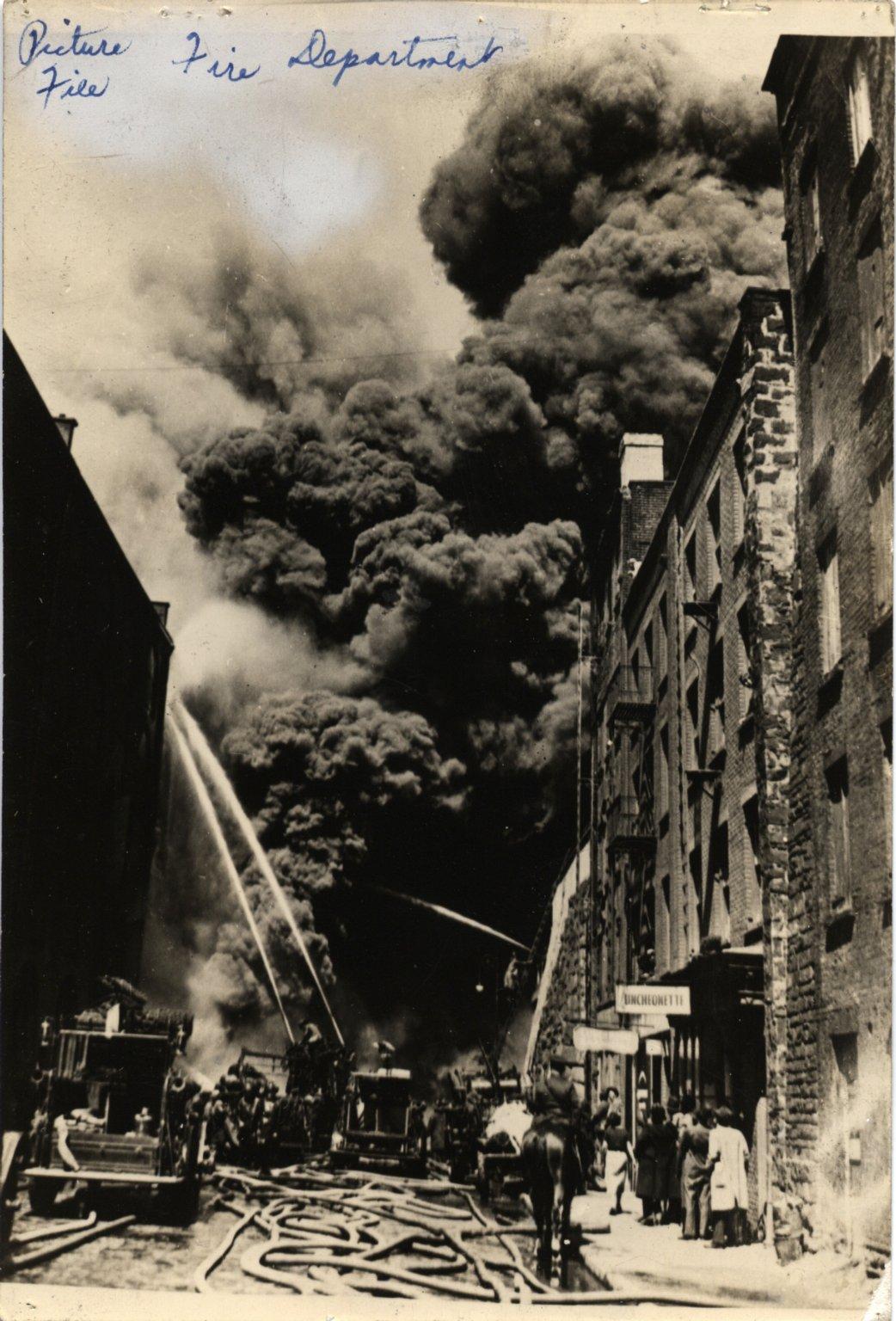 Тушение пожара на складе в Бруклине. Нью-Йорк, США. Начало 20 века