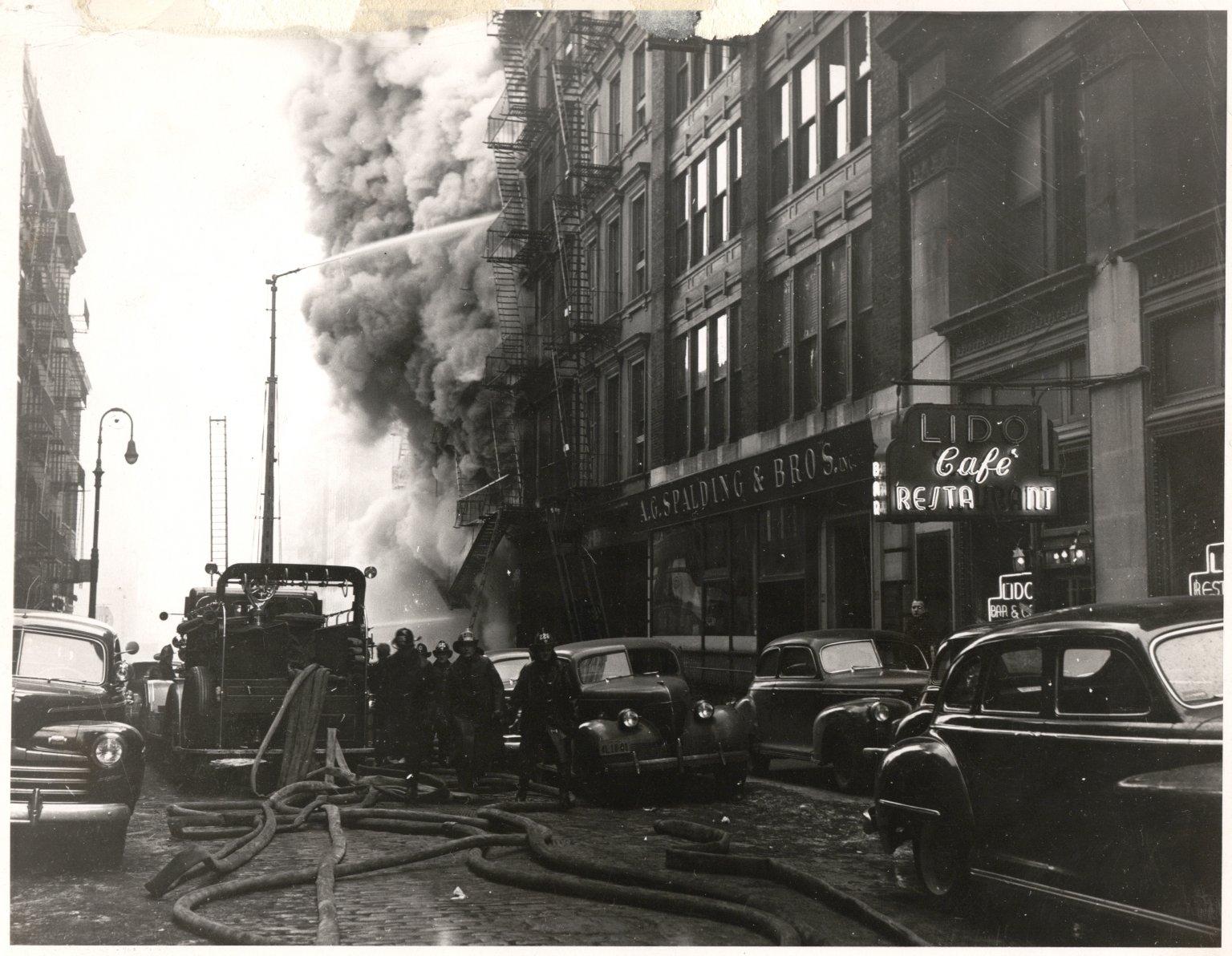Пожар в центре Манхэттена, Нью-Йорк, США. 1950-е