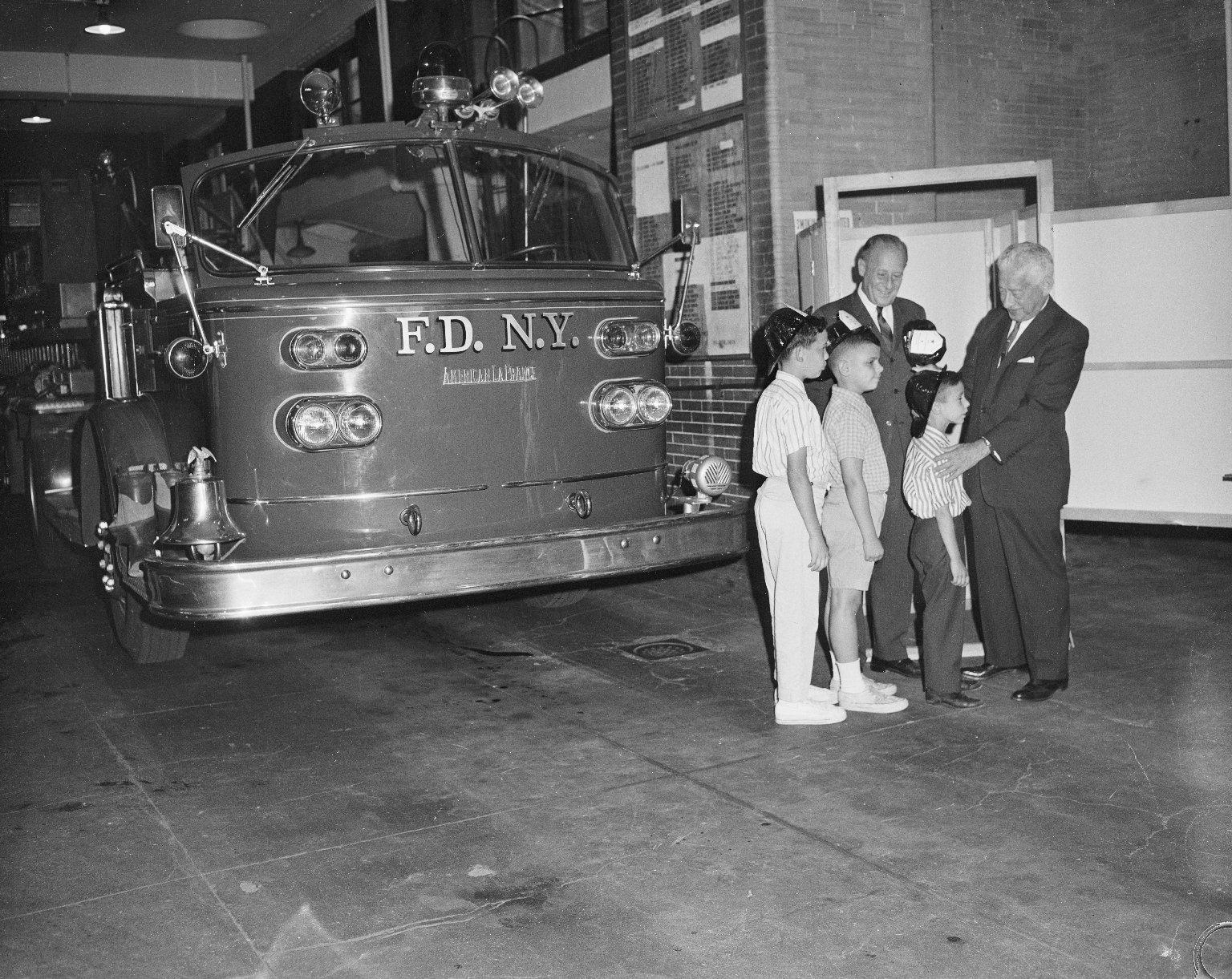Детская экскурсия по пожарной части. Нью-Йорк, США. 1950-е