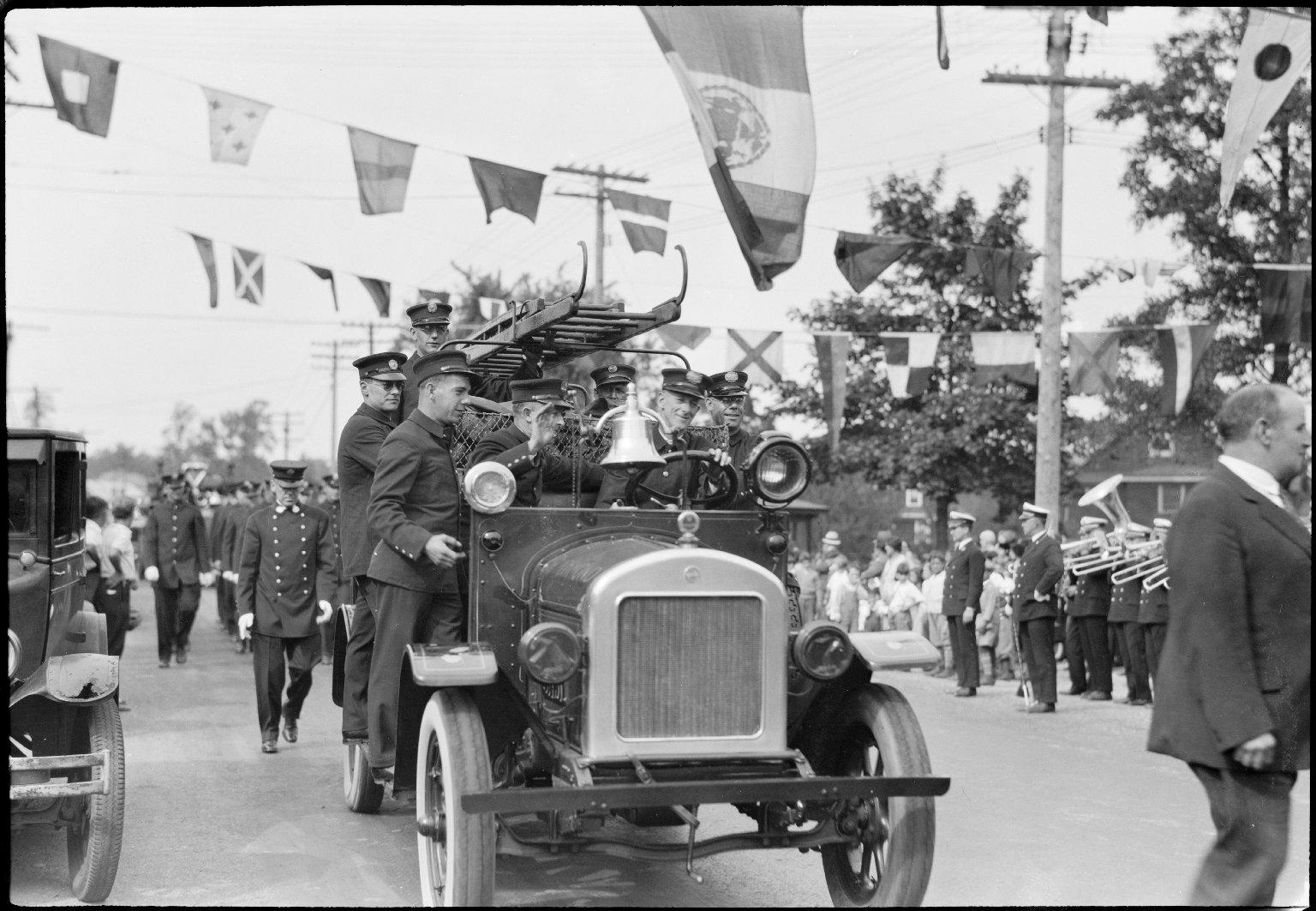 Процессия пожарной техники. Нью-Йорк, США. 1930 год