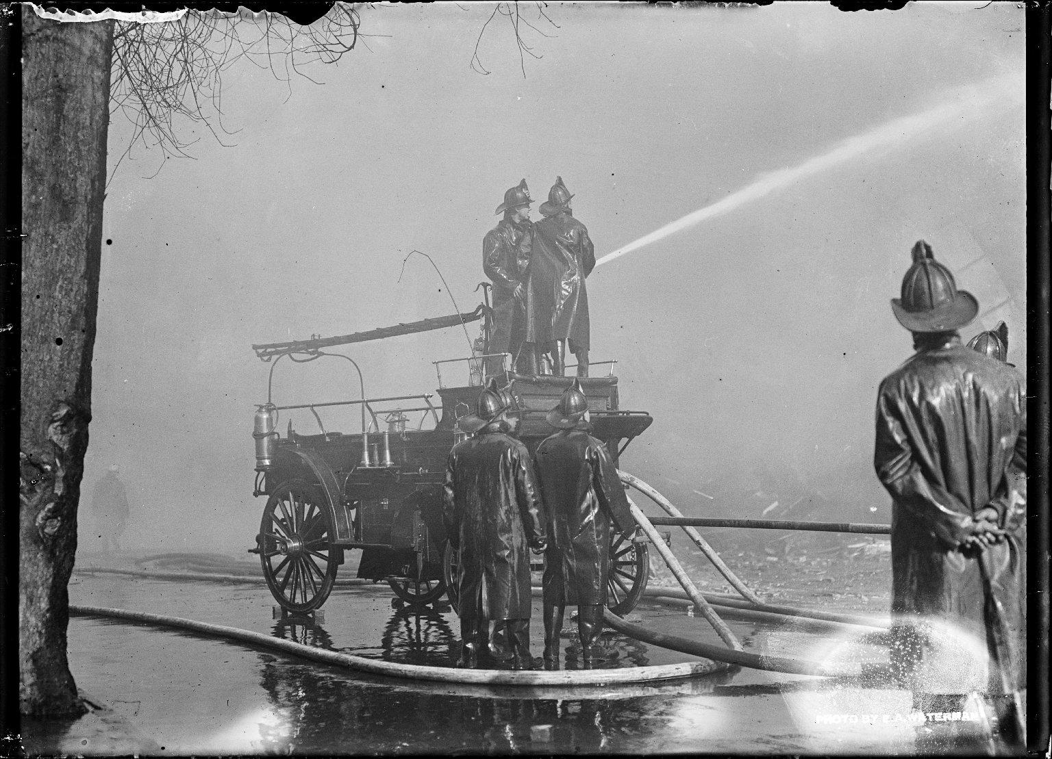 Тушение пожара с помощью насоса. Нью-Йорк, США. Начало 20 века