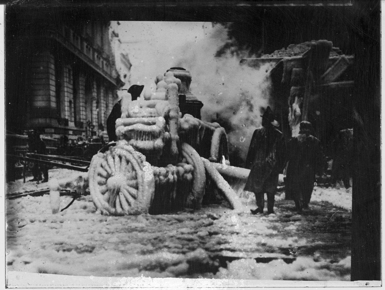 Покрытый льдом паровой пожарный насос. Нью-Йорк, США. Начало 20 века