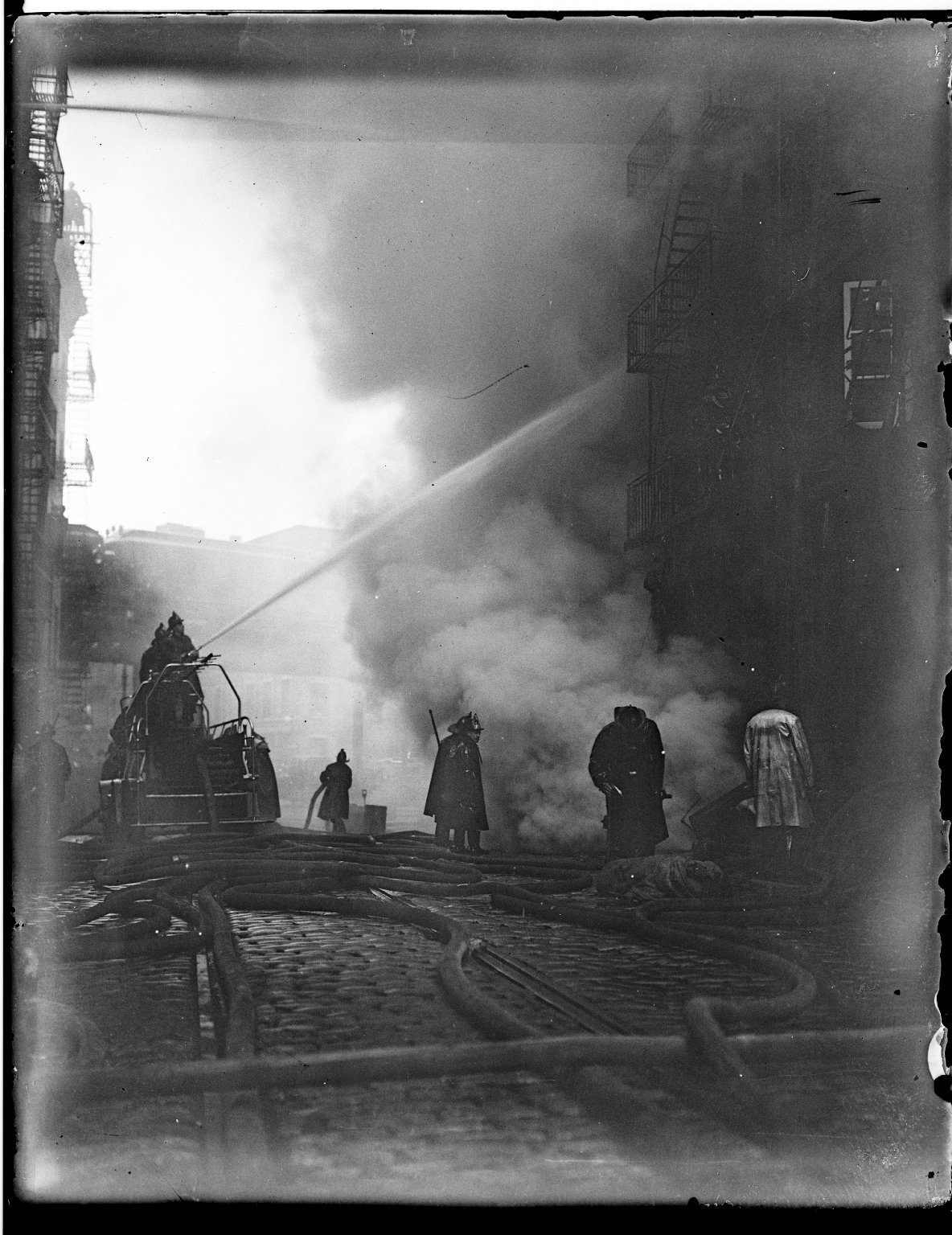 Тушение пожара с помощью автонасоса. Нью-Йорк, США. 1930-е