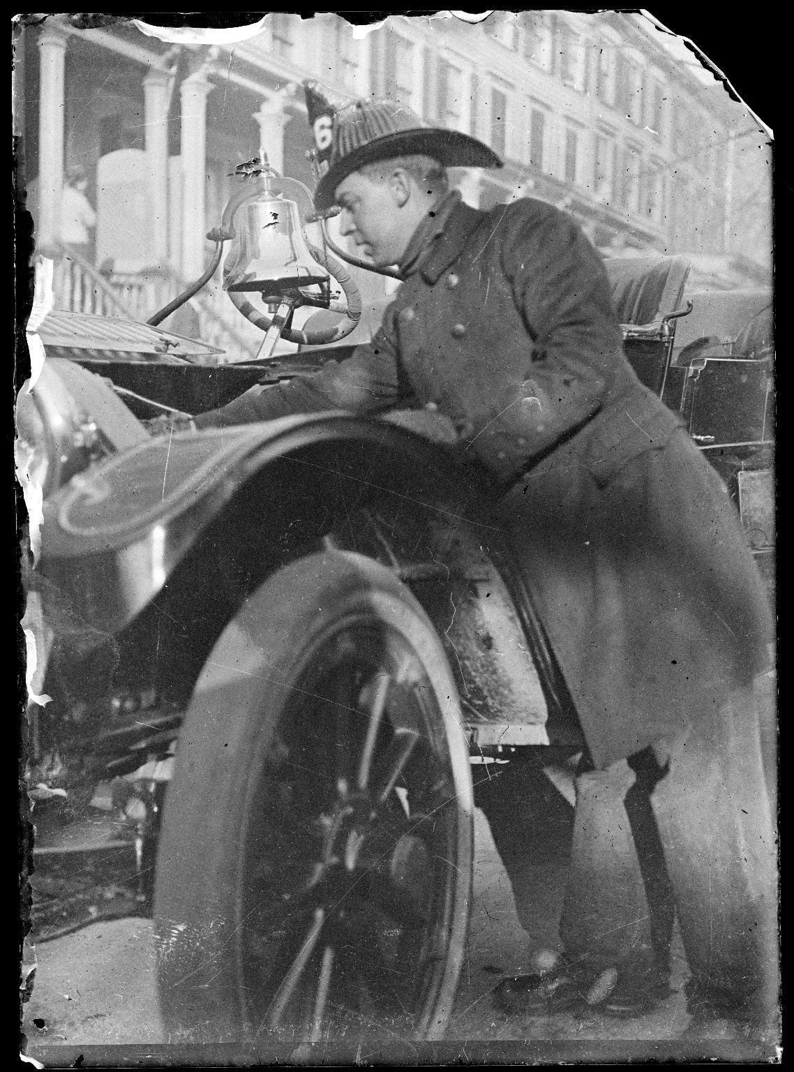 Пожарный проверяет технику. Нью-Йорк, США. Начало 20 века