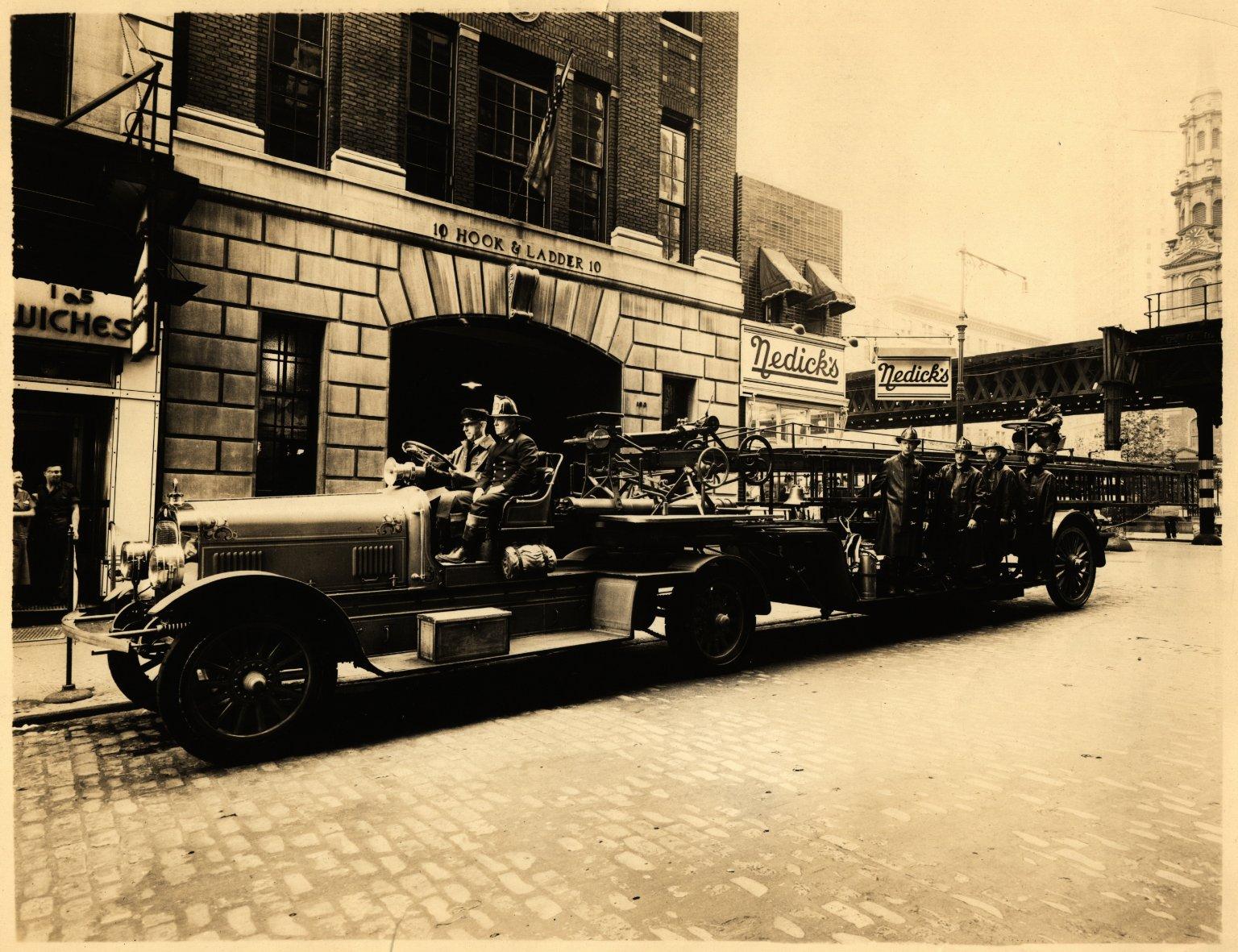 Пожарная автолестница. Нью-Йорк, США. 1937 год