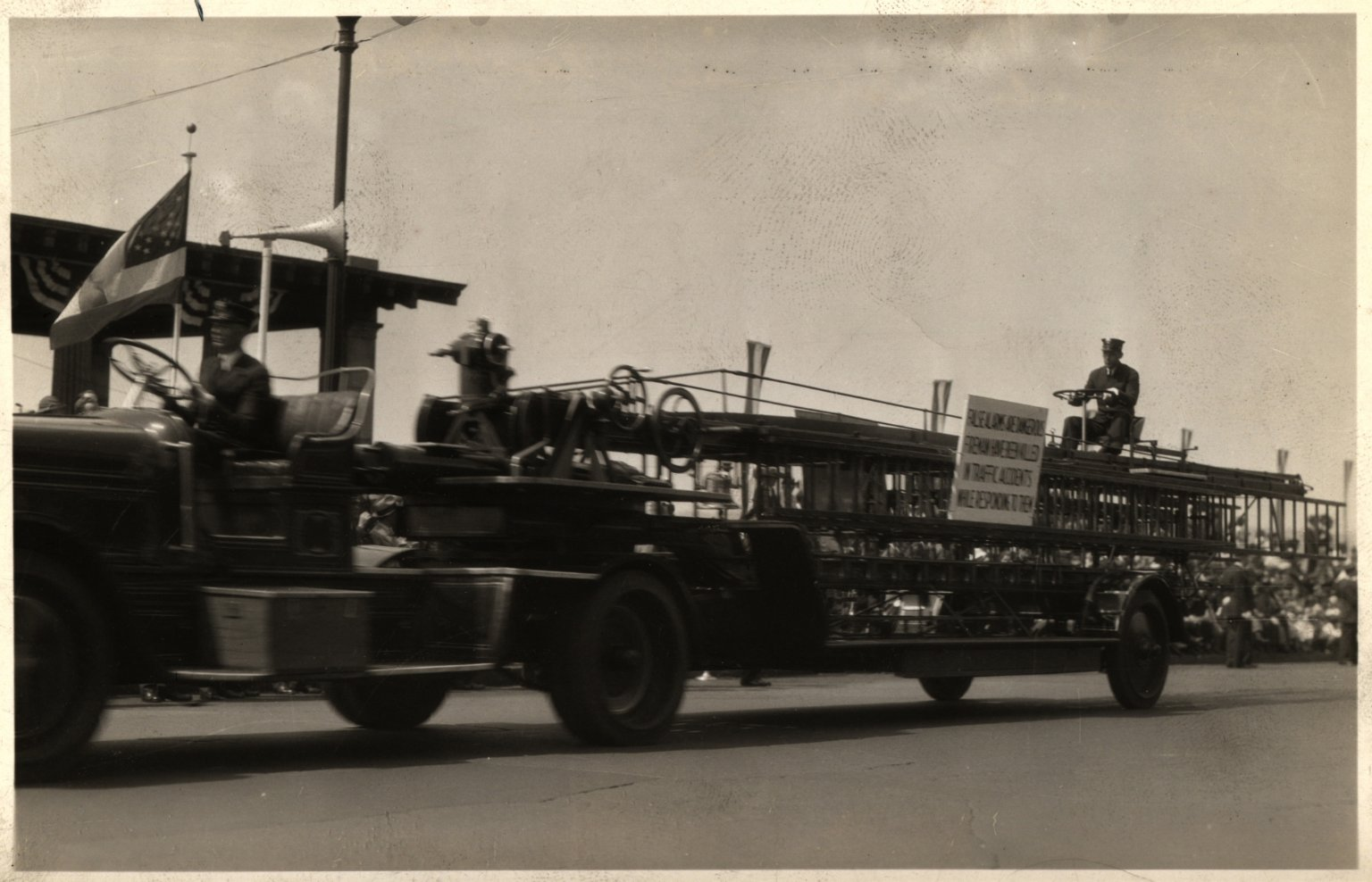 Пожарная автолестница на параде. Нью-Йорк, США, 1936 год