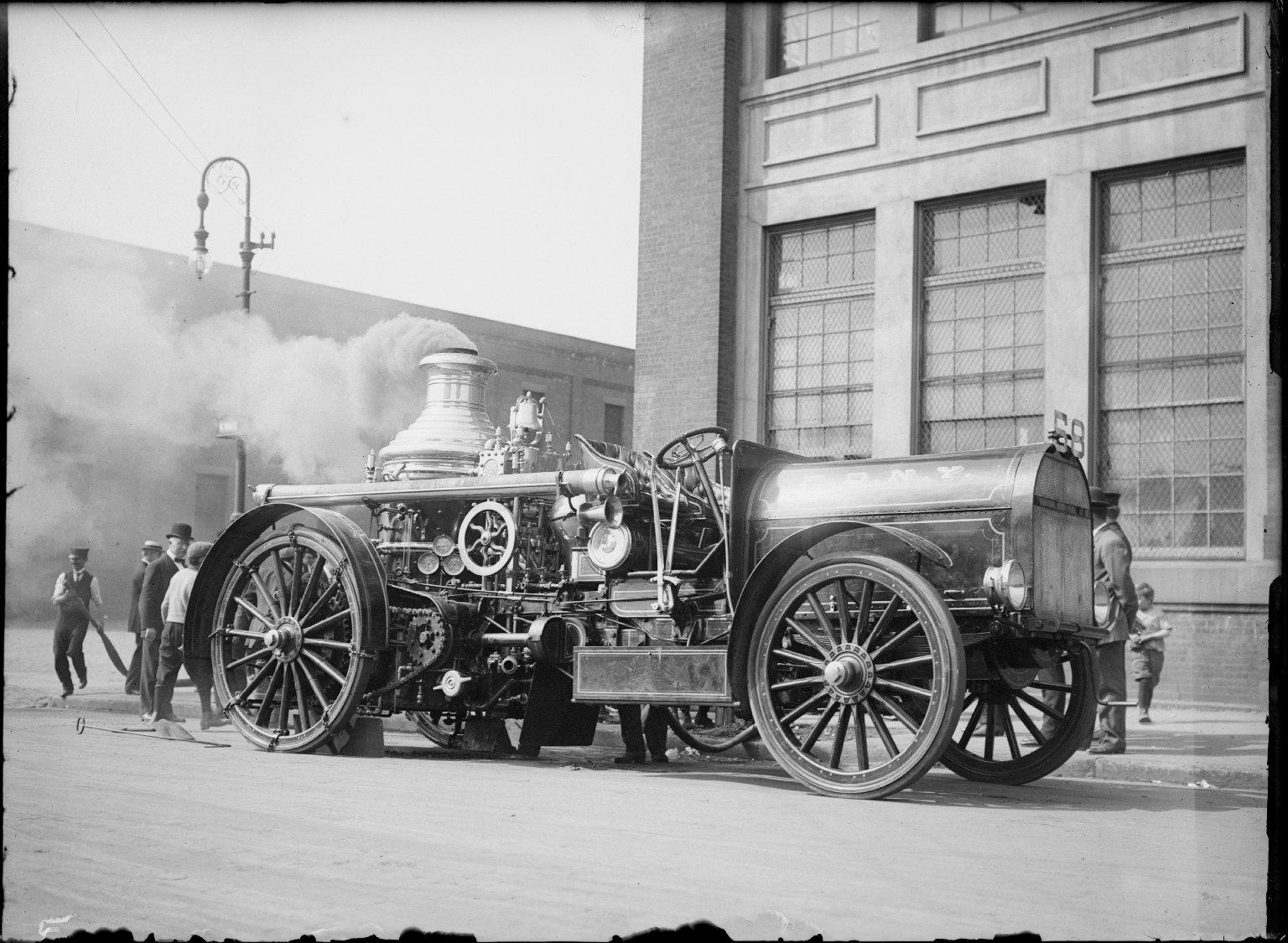 Демонстрация парового пожарного насоса, оснащенного трактором. Нью-Йорк, США. Начало 20 века