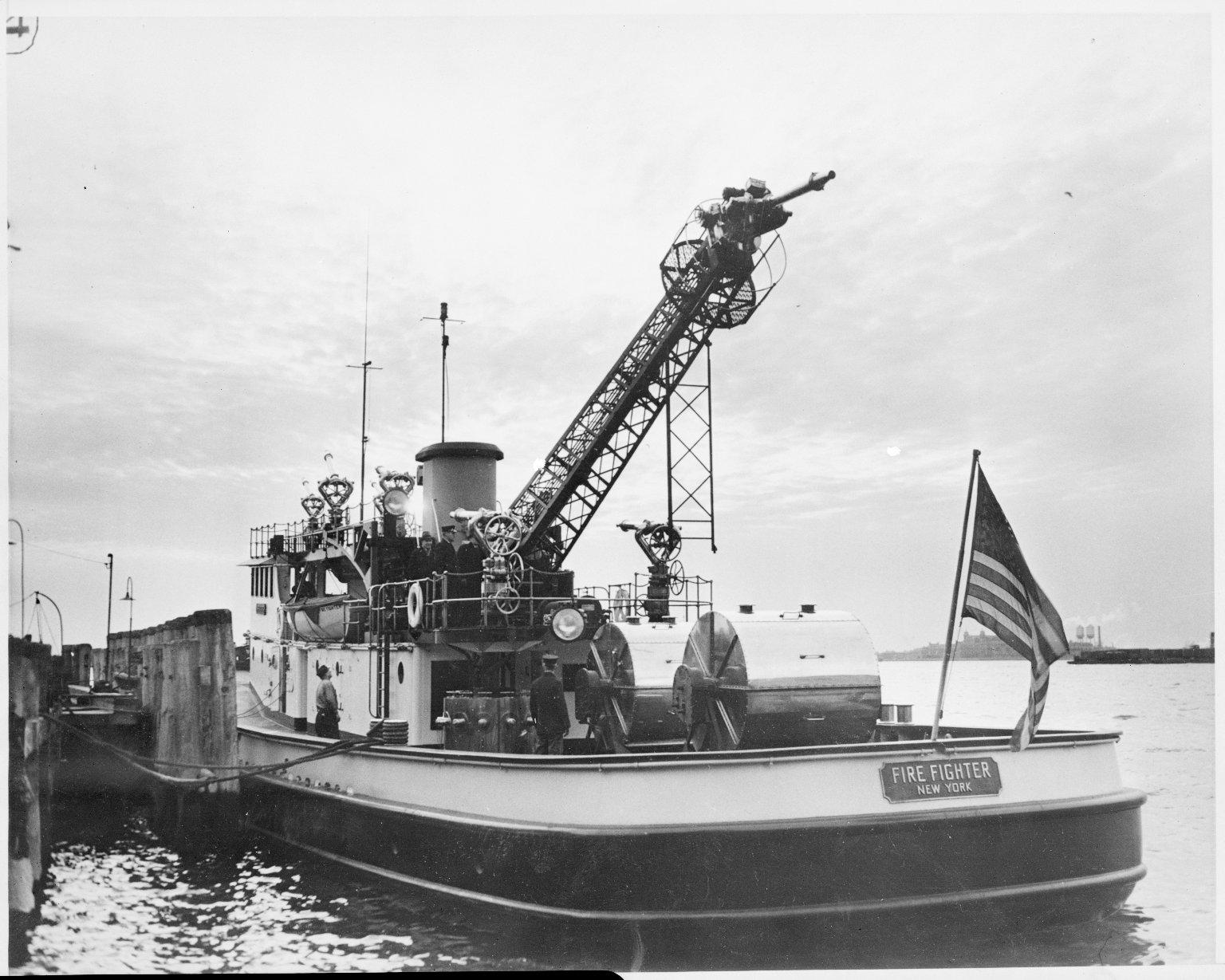 """Пожарный катер \""""Firefighter\"""". Подъем пожарной башни. Нью-Йорк, США. 1930-е"""