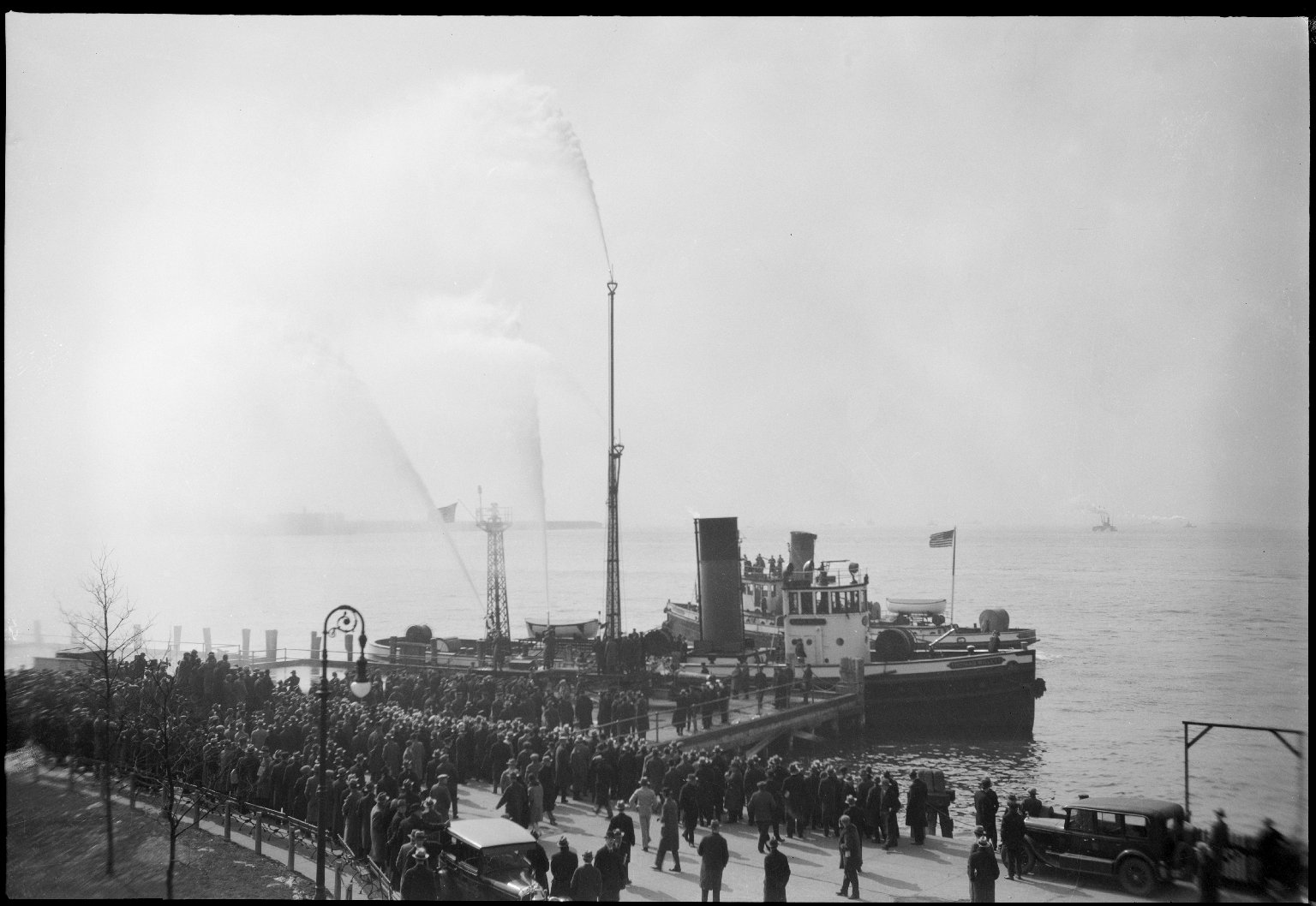 Испытания водяной башни на пожарном катере. Нью-Йорк, США. 1929 год
