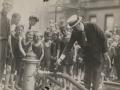 Мэр Хилан открывает пожарный гидрант для детских развлечений, Нью-Йорк, США. 1921 год