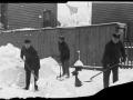 Пожарные очищают пожарный гидрант от снега. Нью-Йорк, США. 1901 год