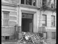 Пожарные ломают окна в здании. Нью-Йорк, США.1950 год