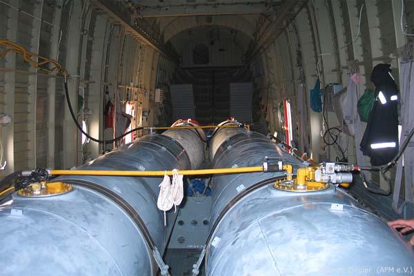 Емкости для воды внутри грузвого отсека пожарного вертолета Ми-26ТП