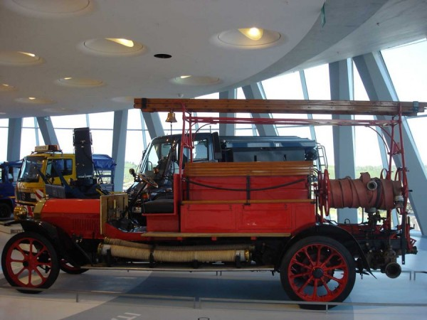 Пожарный автонасос Benz Grunewald в музее Mercedes-Benz, Штутгард, Германия
