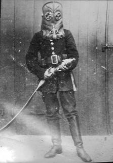 Пожарный в дымовом шлеме Vajen Bader, конец 19 века