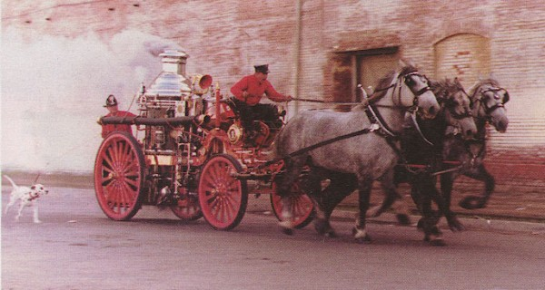 Далматинец сопровождает пожарной насос на конной тяге