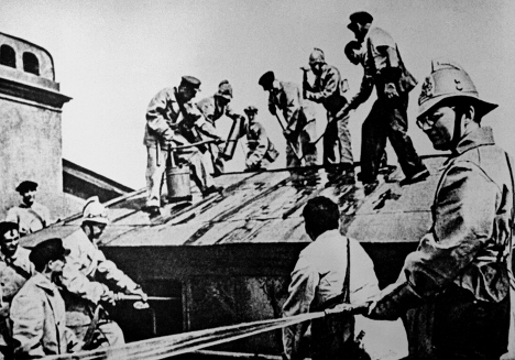Работа пожарного подразделения на крыше здания. Справа - Д. Шостакович
