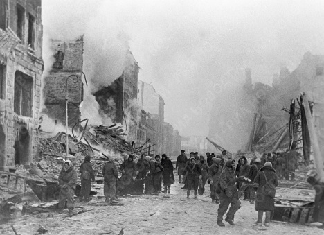 Жители блокадного Ленинграда тушат пожра и разбирают завалы