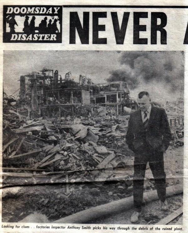 Инспектор обследует руины химического завода Nypro