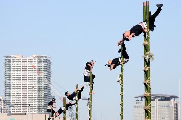 Акробатика на традиционном представлении пожарных в Токио