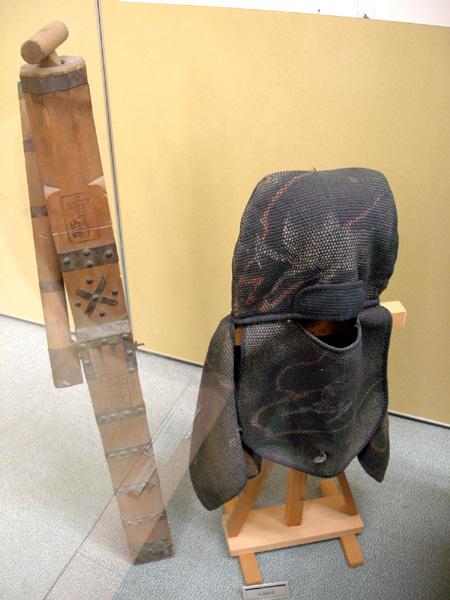 Ручной деревянный пожарный насос и защитный капюшон японских пожарных периода Эдо