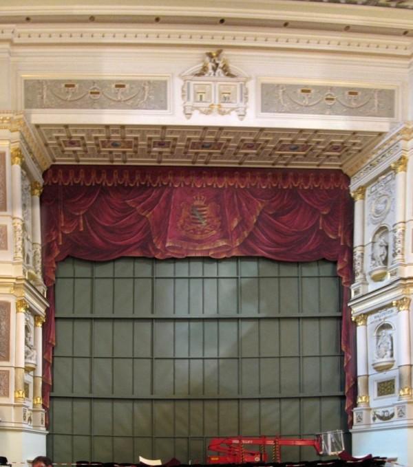 Противопожарный занавес на сцене театра