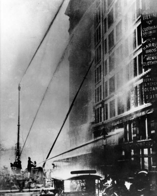 Первые пожарные прибыли через несколько минут после сигнала тревоги и начали распылять воду в здании, надеясь на то, что водяной туман, конечно, слишком слабый, чтобы прекратить пожар, тем не менее охладит паникующих работников фабрики, которые оказались заперты около окон сильным жаром, дымом и пламенем, которые блокировали выходы из здания. Здание фабрики находилось в Asch Building, 329 по Вашингтон-Плэйс, сейчас известном как Brown Building.