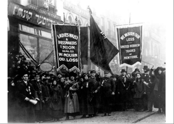 Похоронная процессия 5 апреля 1911 года. Члены Еврейского Объединения Ремесленников Нью-Йорка и Женского Объединения Швей несут транспаранты с надписями «Мы оплакиваем свою потерю».