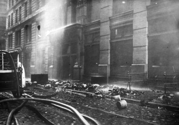 После того, как пожар был потушен, разбитые тела, пожарные рукава, ведра, разбросанные вокруг всего здания, свидетельствовали о напряженной борьбе и масштабе трагедии.