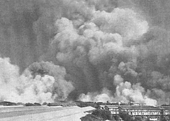Дым над Бомбеем после взрыва на Fort Stikine