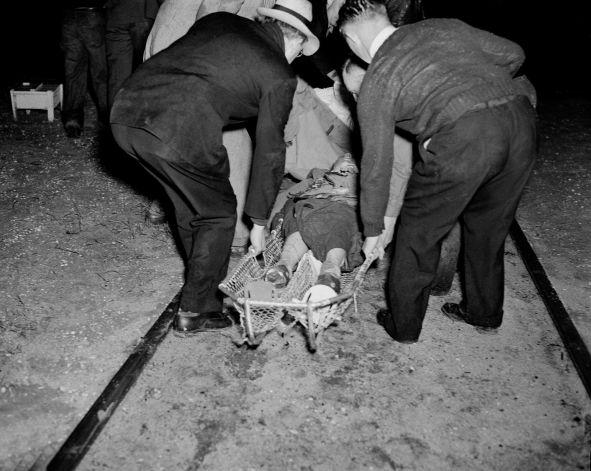 Погрузка раненых в катастрофе дирижабля LZ-129, 6 мая 1937 года