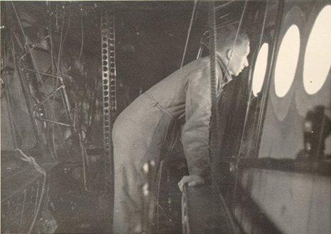 Эрих Шпель в технических помещениях дирижабля LZ-129 Гинденбург