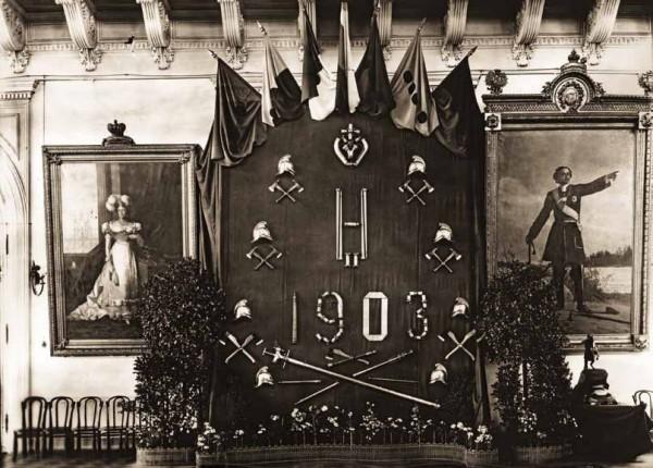 Один из украшенных щитов, установленный в зале Санкт-Петербургской городской думы в честь 100-летия столичной Пожарной Команды. 1903 г. Фотография К. Булла