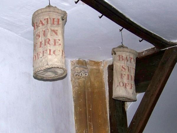 Парусиновые пожарные ведра в церкви в Паддлтуауне, Англия