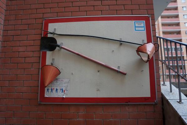 Современный пожарный щит с пожарными ведрами